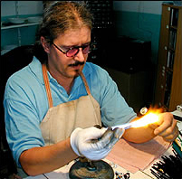 Der Glasgestalter arbeitet mit dem Glasbrenner